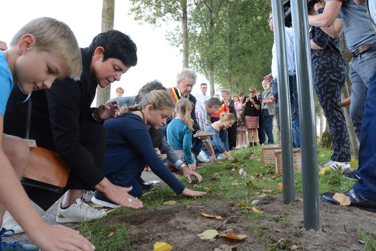 op de Koningsdijk in De Klinge werden zaterdag de eerste krokussen aangeplant op het tracé van de vroegere Dodendraad