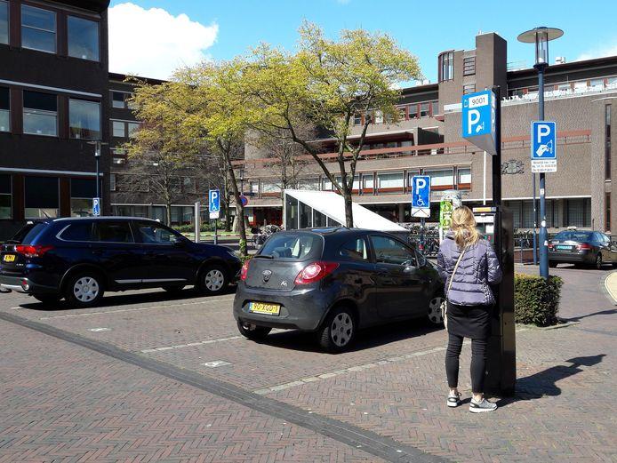Een parkeerautomaat op het Stadhuisplein: als het aan Denk ligt, worden deze zo snel mogelijk buiten gebruik gesteld.