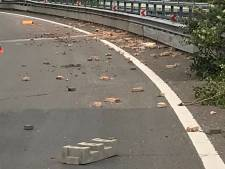 Vier auto's beschadigd op de A12 bij Arnhem door van vrachtwagen gevallen lading stenen