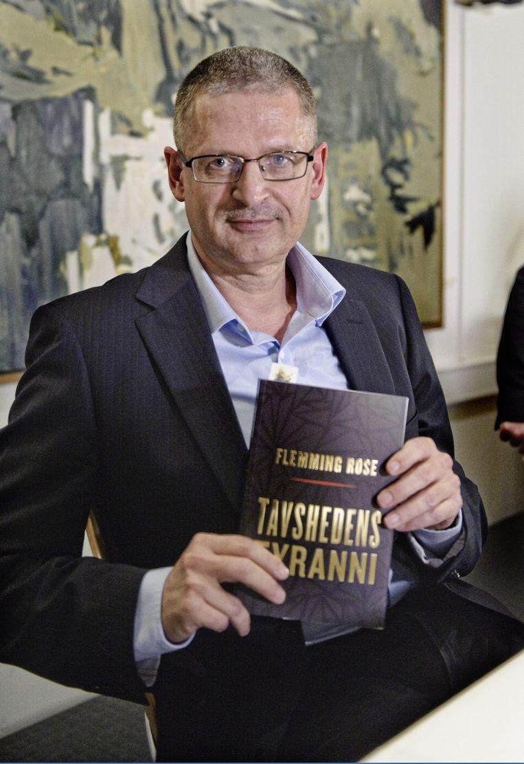 Rose in 2010 met een exemplaar van zijn boek 'Tirannie van het zwijgen'. Beeld epa