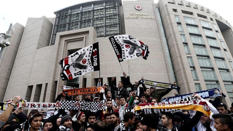 Buiten het gerechtsgebouw lieten zich honderden Besiktas-fans gelden.