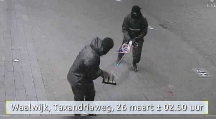 De plofkraken in Uden, Kaatsheuvel en Waalwijk lijken door dezelfde daders zijn gepleegd. Hier in Waalwijk draagt één  van hen dezelfde kleding als in Uden.