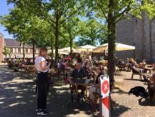 Terrassen in Ootmarsum snel vol: politie en beveiligers houden oogje in zeil vanwege drukte
