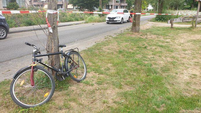 De beschadigde fiets na het ongeluk met een auto, in Hengelo Gelderland.