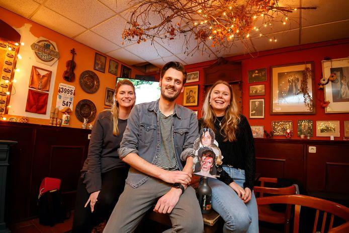 Lieve van Vlimmeren, Daan van Vlimmeren en Britt de Rooij runnen een succesvol bedrijfje in pop- en pubquizzen.