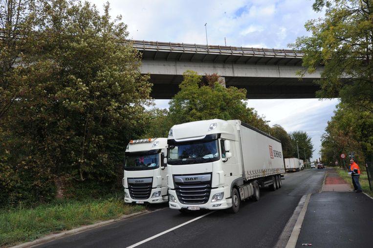 Vrachtwagens blijven de tonnagebeperking op de Brusselsesteenweg negeren.