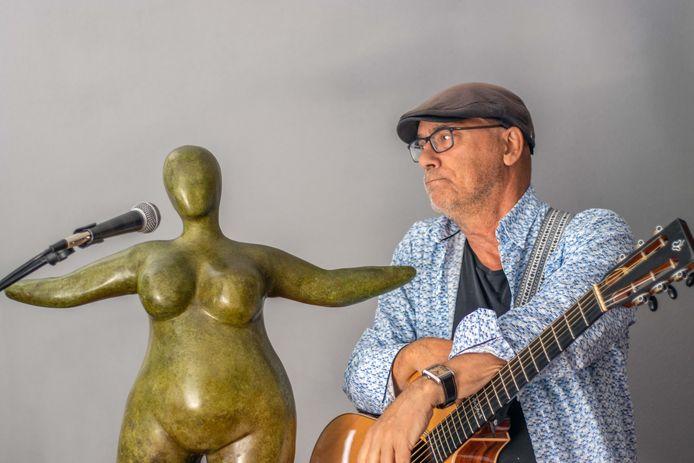 Peter Wessel, zanger/gitarist, die wèl beeld heeft, maar geen geluid.