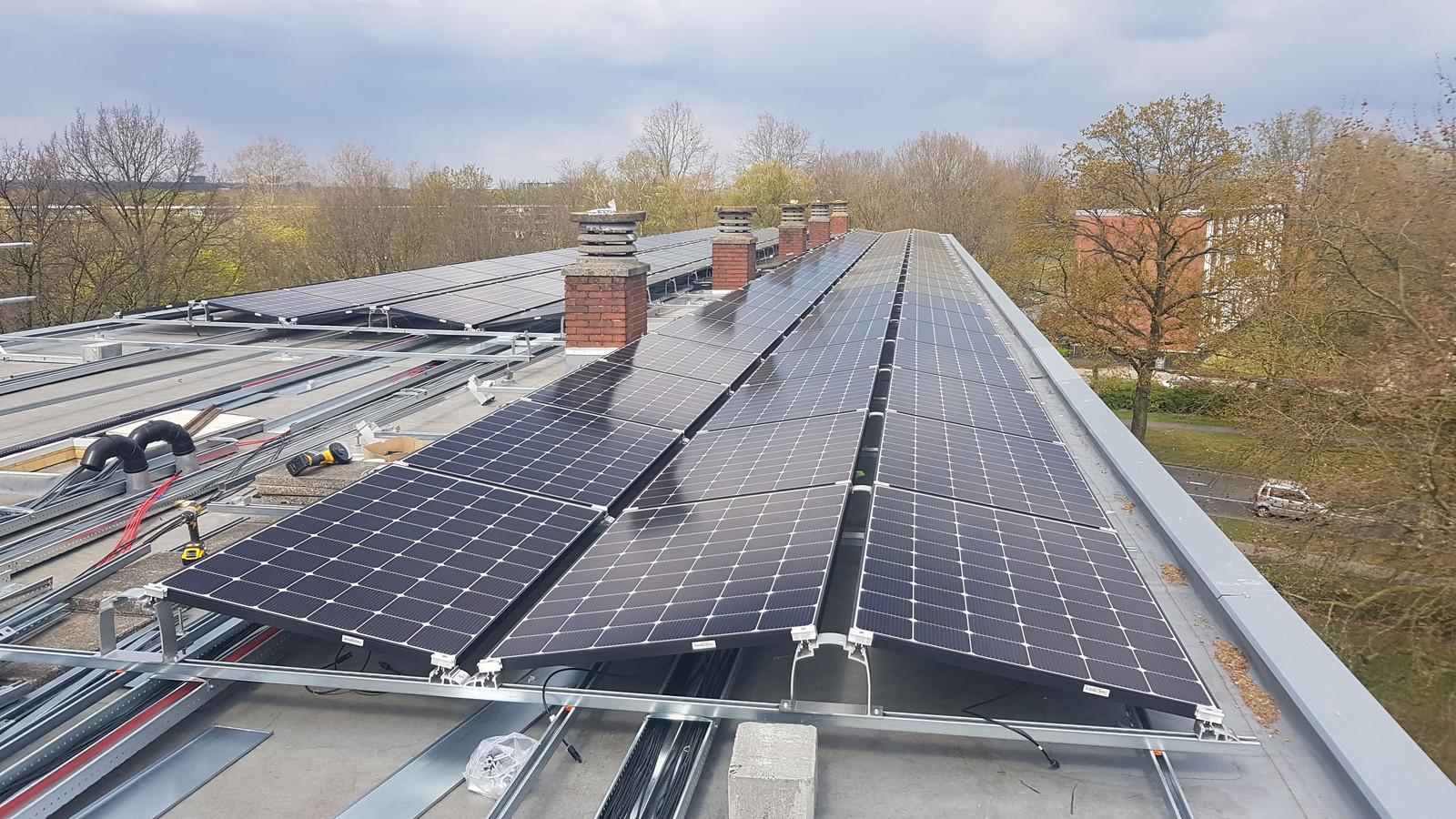 De zonnedaken in Apeldoorn-Zuid zouden een landelijke primeur zijn, onder meer omdat de energie in een eigen systeem opgeslagen wordt.