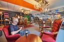 Een bezoeker uit Beuningen drinkt alvast een bakkie in de nieuwe koffiehoek van de kringloopwinkel in Oss.