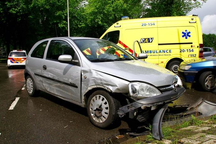 De 2 auto's raakten bij de botsing flink beschadigd.