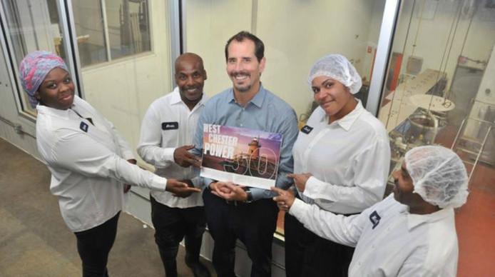 CEO Mike Brady met werknemers van Greyston Bakery
