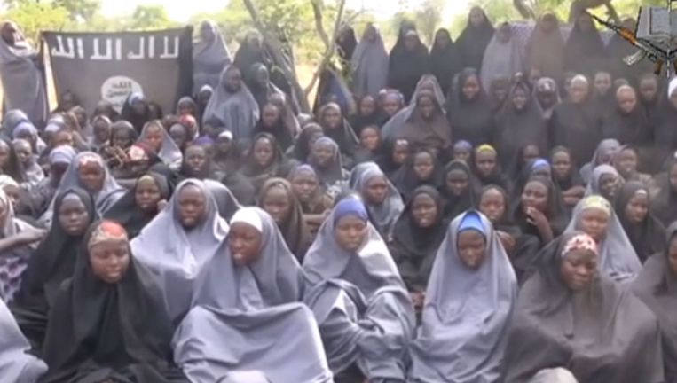 In een nieuwe videoboodschap van Boko Haram zijn een aantal ontvoerde meisjes te zien. Beeld AFP/YouTube