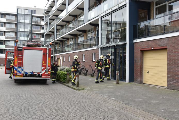 WADDINXVEEN - Zaterdagmiddag 25 mei roken bewoners van de Johannes Postlaan in Waddinxveen gas. De brandweer kwam meten.