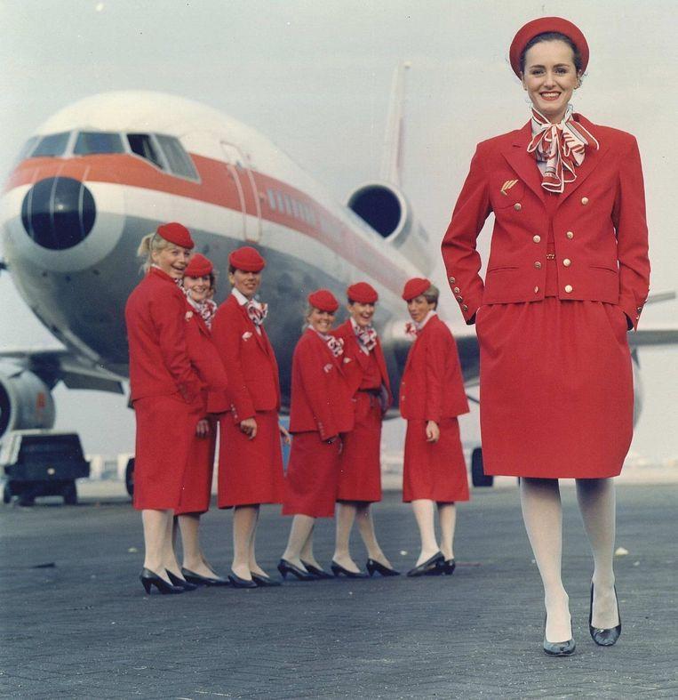 Stewardessen van Martinair showen de collectie ontworpen door couturier Dick Holthuis (foto 1989). Beeld anp