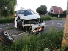 Auto knalt tegen boom bij Maarssen