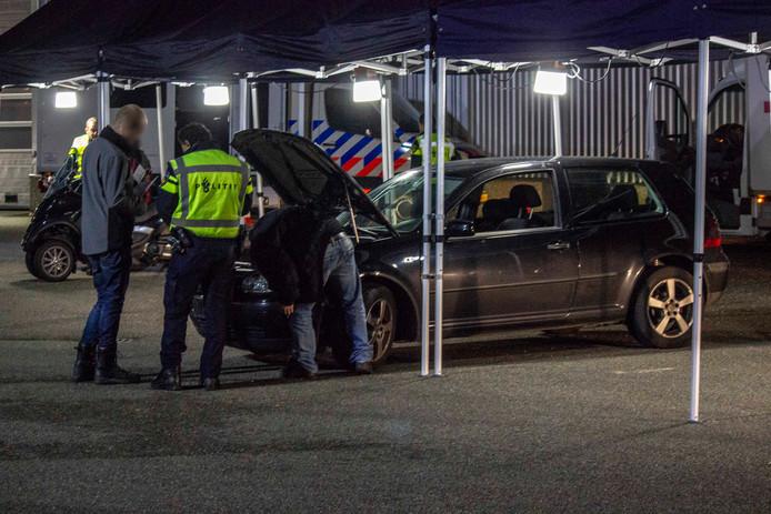 Op een industrieterrein in spankeren zijn donderdag tientallen auto's gecontroleerd door politie, RDW, Marechaussee en Belastingdienst.