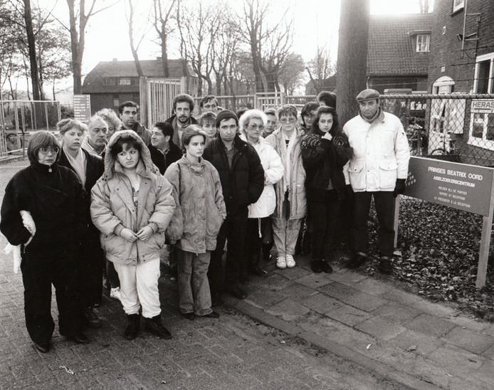 10 december 1991. Russische joden bij de entree van asielzoekerscentrum Beatrixoord in Eindhoven. Een groot aantal Russische joden, die na een jaar in Israel te hebben gewoond uitweken naar Europa omdat ze in Israel gediscrimineerd zouden worden, werd destijds teruggestuurd. Justitie wilde hen geen verblijfsvergunning geven.