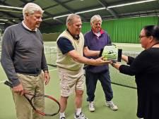 Taart voor trouwe tennisser Huub Nijsten na 40 jaar 'trouwe dienst'