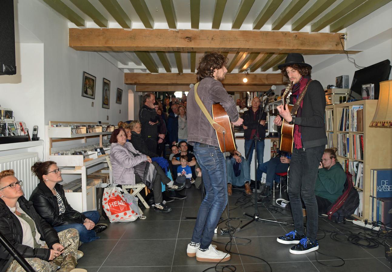 Een volle Marmur in Zierikzee tijdens het optreden van Tangarine, zaterdag tijdens Record Store Day.