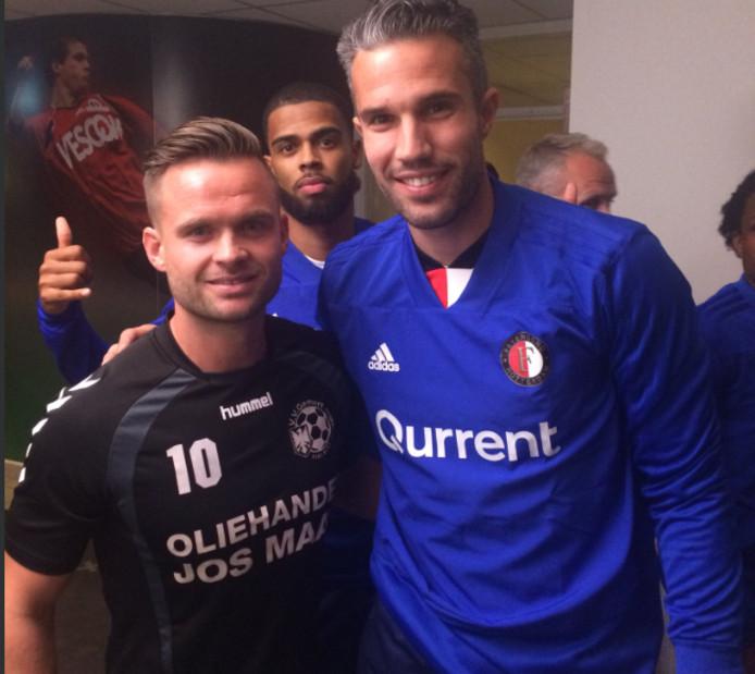 De geblesseerde Joost Habraken op de foto met Robbin van Persie voor het duel Gemert - Feyenoord.