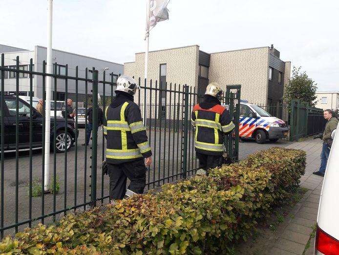 Brandweer bij de autoverhuurder aan de Uilenwaard.