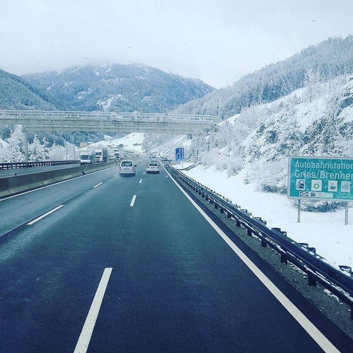 Sneeuw op weg naar de Italiaanse stad Vipiteno.