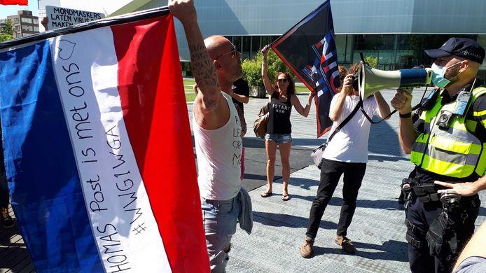 Op het Schouwburgplein wordt gedemonstreerd tegen de mondkapjesplicht.