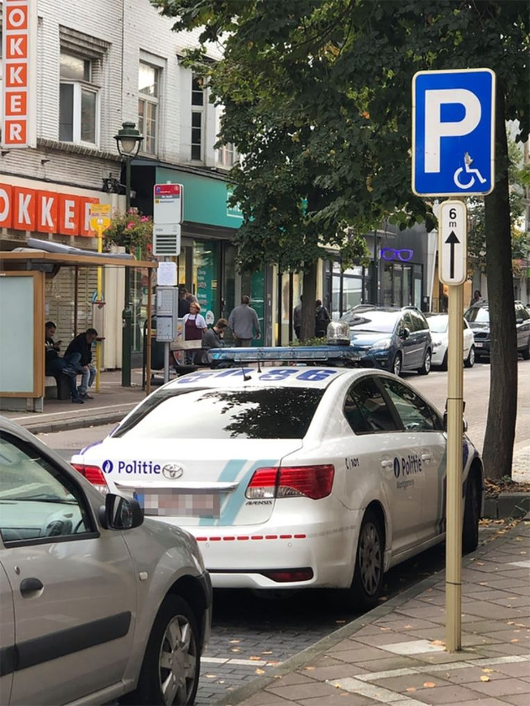 De foutgeparkeerde politiewagen op de Malversesteenweg.