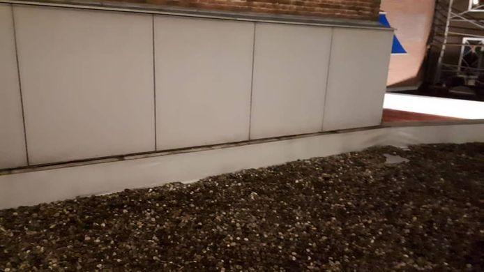 Op dit dak aan de Damstraat in Tiel is lood gestolen.