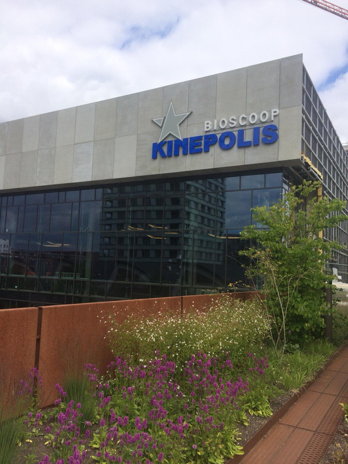 Het logo van Kinepolis hangt