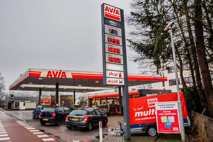 Het is dringen geblazen bij de Avia in Soest aan de Birkstraat. Een kilometer verder aan diezelfde weg telt het dorp nóg een even voordelige pomp.