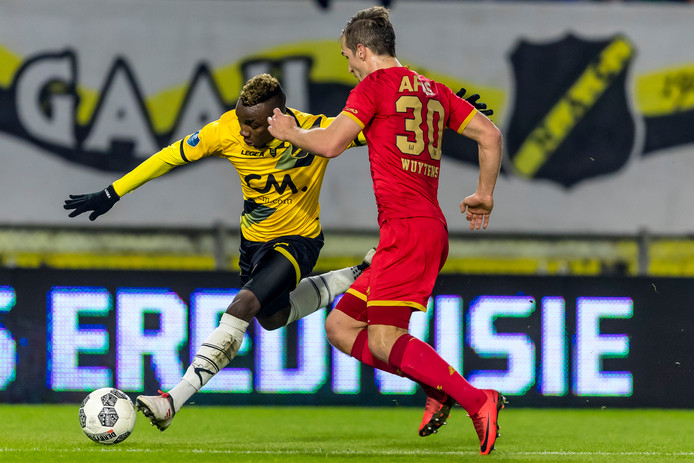 Thierry Ambrose in duel met AZ-speler Stijn Wuytens.