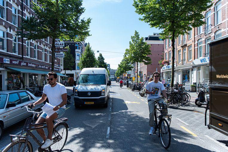 Aan de officiële criteria voor een fietsstraat voldoet de Jan Pieter Heijestraat niet. Beeld Aziz Kawak