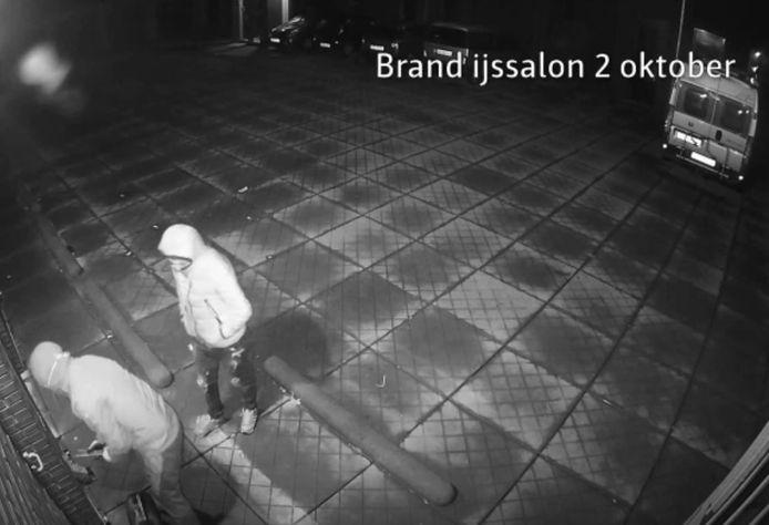De politie heeft beelden vrijgegeven van de brandstichters in Veenendaal.