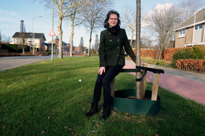 Myrthe van Wijgerden bij één van de 'keurige' groenstrookjes die Werkendam – en de rest van Altena – rijk is.