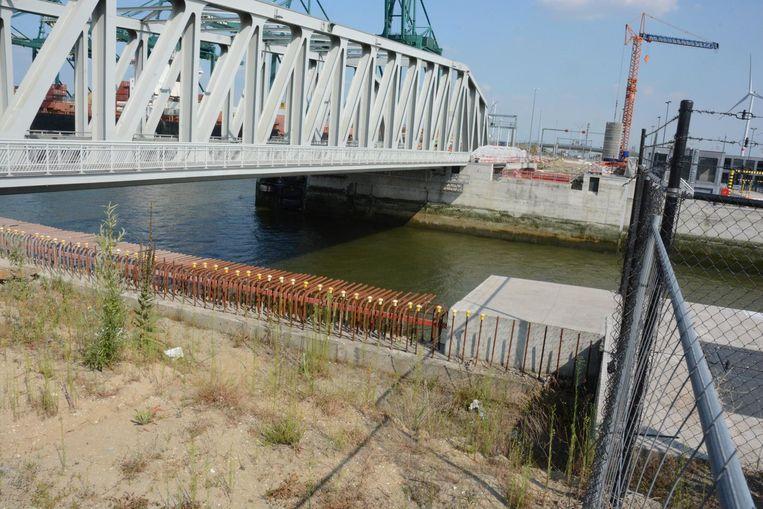 Bij de aanleg van de Kieldrechtsluis was de ruimte voor twee bijkomende bruggen al voorzien.