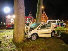 Man knalt met auto frontaal op boom in Brummen en raakt gewond