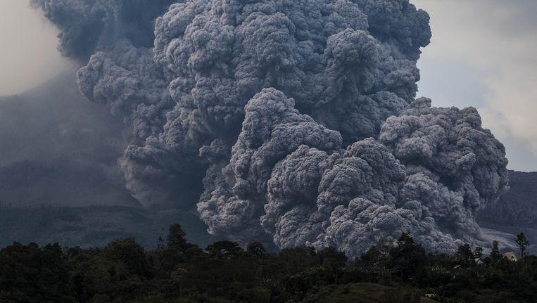 Rookwolken boven de vulkaan Sinanbung op Sumatra, oktober vorig jaar, die vierhonderd jaar inactief was geweest. Bij de explosie van de Tambora in 1815 kwamen zulke grote hoeveelheden zwavel in de atmosfeer dat er twee jaren zonder zomer volgden. Beeld Getty