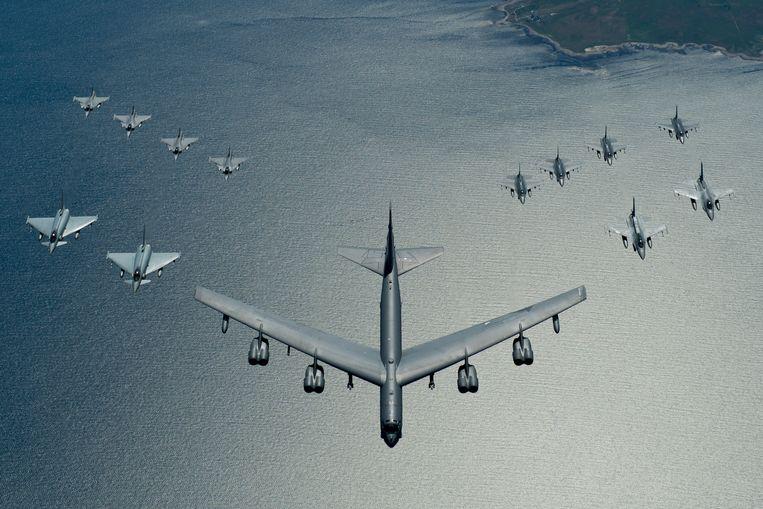 Een Amerikaanse B-52-bommenwerper boven de Oostzee tijdens een oefening met Europese gevechtsvliegtuigen. Beeld US Air Force