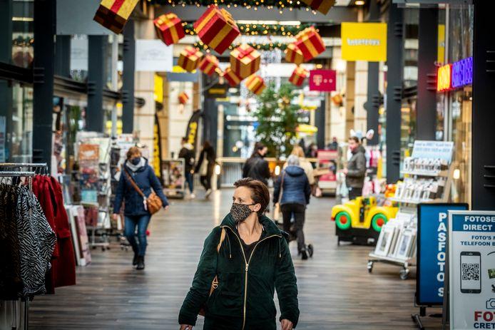 Bezoekers van Citycentrum in Veldhoven dragen mondkapjes