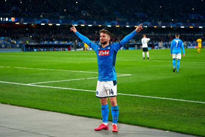 Dries Mertens juicht na zijn goal tegen FC Barcelona (1-1) gisteravond, waarmee hij all-time topscorer werd van de Italiaanse topclub.