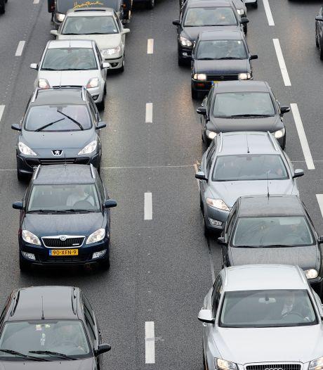 Drie rijstroken dicht op A12 door voorwerpen op de weg, lange file tussen Vleuten en Woerden