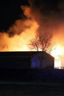 Grote brand in bedrijfspand Beesd: ontploffingen gehoord