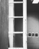 Detailbeeld van een werk in wit en zwart.