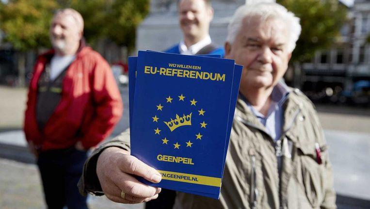 Een man met een referendumkaart. Beeld anp