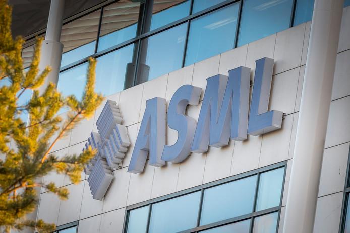VELDHOVEN - Chipmachinemaker ASML spreekt tegen dat het bedrijf slachtoffer is van Chinese spionagepraktijken. Het bedrijf zegt in een verklaring te zijn beroofd van gepatenteerde informatie door een handvol medewerkers. Van een nationale samenzwering is volgens ASML geen sprake.