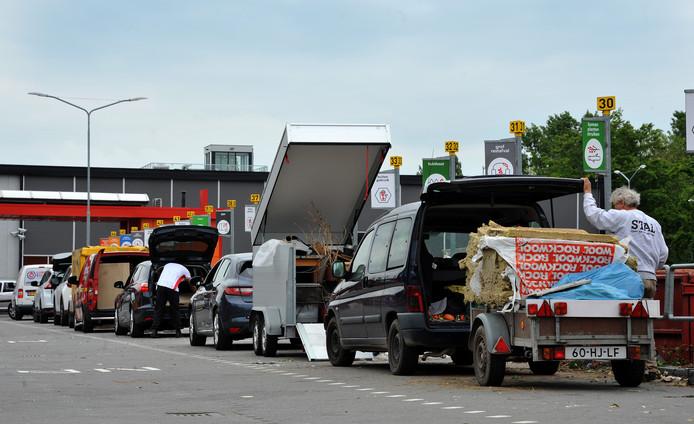 Een rij auto's als in normale tijden, zoals hier in 2019, is er momenteel niet bij op het afvalbrengstation van HVC.