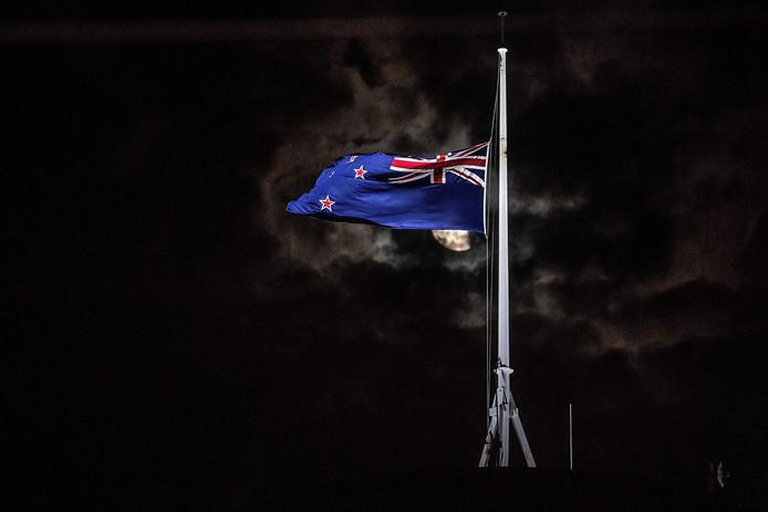 Boven een overheidsgebouw in Wellington, Nieuw-Zeeland, hangt de vlag halfstok.
