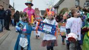Kleuters trekken in zelfgemaakte kledij met carnavalsstoet door Hoogkouterbaan