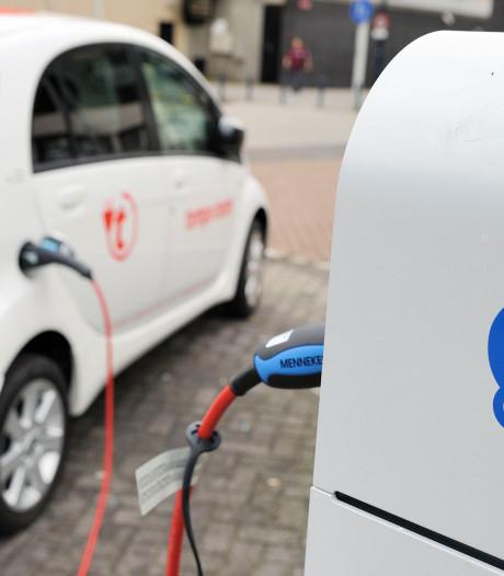 Bergers in Drenthe en Groningen vrezen brand in elektrische auto's (en dompelen de voertuigen compleet onder in een blusbak)